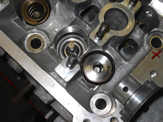 NH VW FR 16v_Ferrea caps and springs fitting.JPG